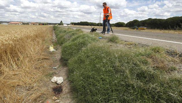 Un cámara junto a la zona donde han fallecido dos ciclistas.
