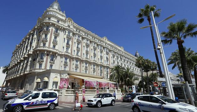 Entrada del Hotel Carlton, en Cannes, donde tuvo lugar el atraco a mano armada de las joyas.