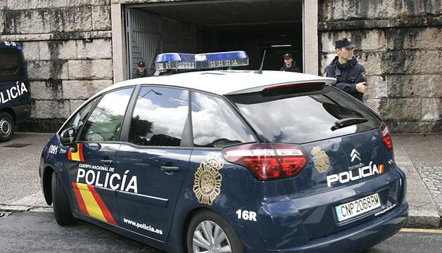 Vehículo de la Policía que traslada al maquinista del tren siniestrado en Santiago, Francisco José Garzón, a la sede de los juzgados de Compostela.