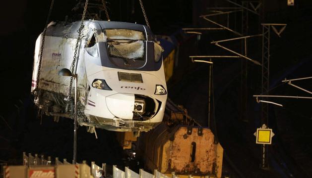 Las tareas para levantar y mover la locomotora del tren accidentado en Santiago han culminado la madrugada de este domingo, tras nueve horas.