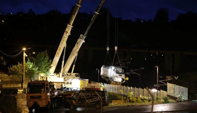 Más de nueve horas durante esta madrugada han tardado en izar la máquina locomotora del tren Alvia
