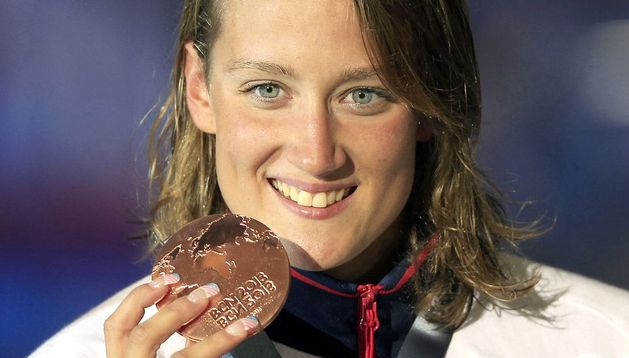 Mireia Belmonte muestra la medalla de bronce conseguida en la final de 200 metros estilos.