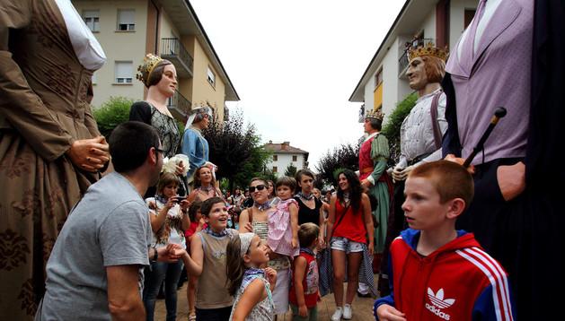 Los vecinos del pueblo salieron a la calle para ver la Gigantada.