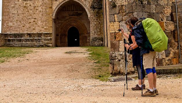 Peregrinos retratan el Monasterio de Irache, en el Camino de Santiago al paso por Ayegui.