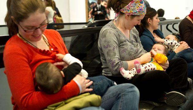 Mujeres dan el pecho a sus bebés.