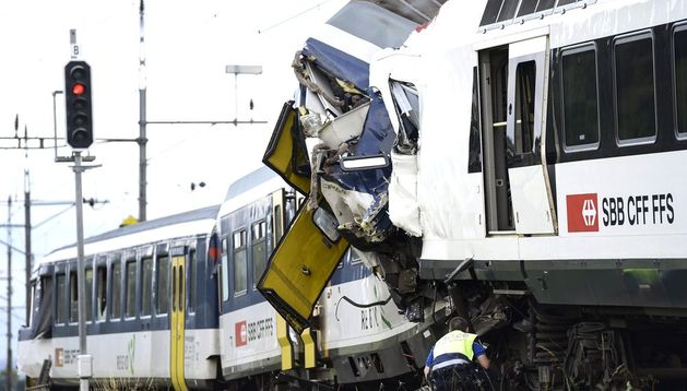 Vista de la colisión frontal entre dos trenes de pasajeros.