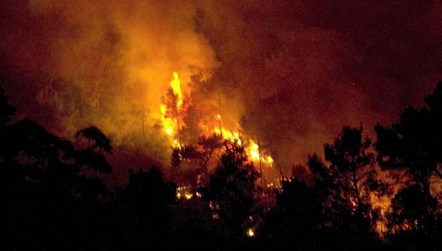 Las llamas del incendio en Vallirana este domingo por la noche