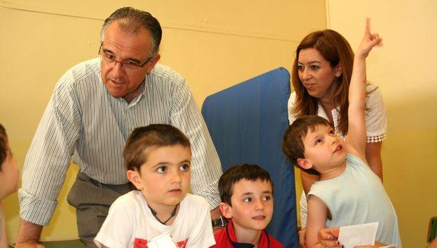 Enrique Maya con los niños de la escuela de verano.