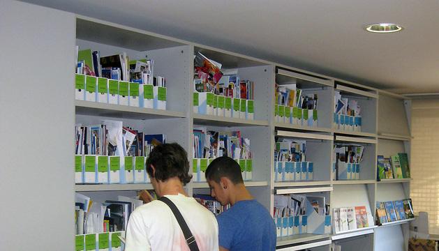 Dos jóvenes consultan material de la Viajeteca.