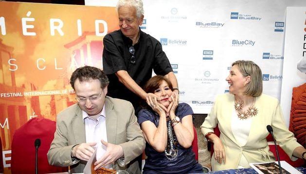El director teatral José María Plaza, saluda a la actriz Concha Velasco.