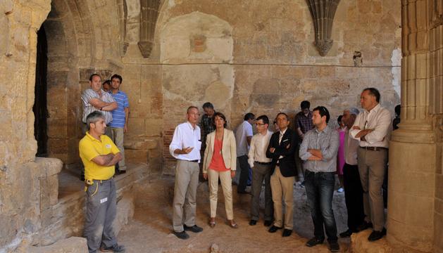 Las autoridades atienden a las explicaciones en el claustro del monasterio de Fitero.