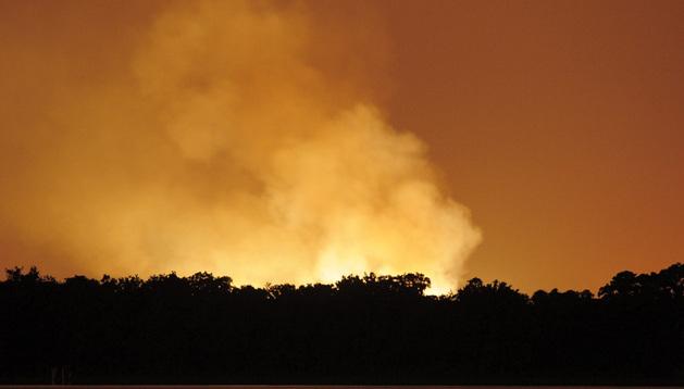 Las llamas y el humo se elevan l cielo después de la explosión producida en una planta de gas de la compañía Blue Rhino