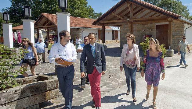 Las autoridades visitan las instalaciones del camping de Urbasa.