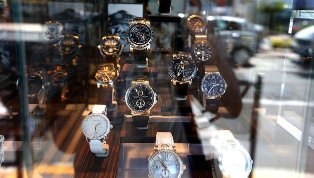 Escaparate de una relojería de lujo en Cannes.