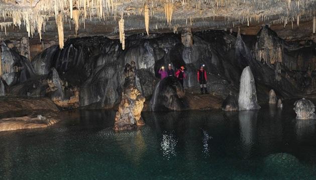 Excursión en la cueva de los Cristinos, en Urbasa.