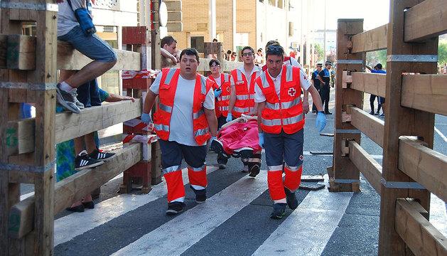 Efectivos de Cruz Roja, atendiendo a un herido en los encierros de Tudela.