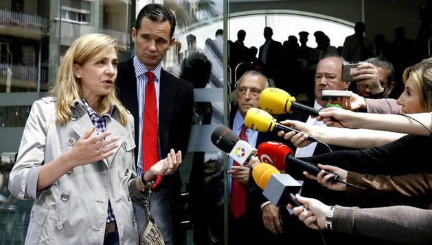 La infanta Cristina y su esposo, Iñaki Urdangarin, atienden a la prensa.