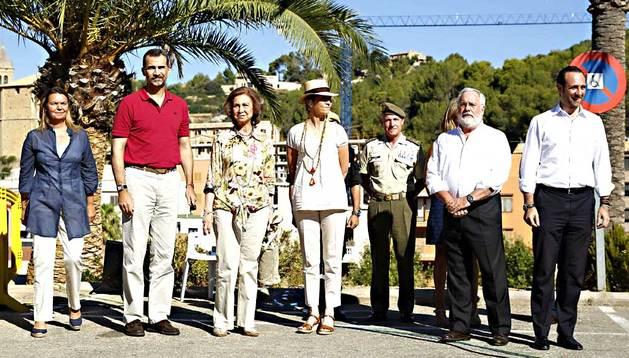 La Reina Sofía, el Príncipe Felipe y la infanta Elena, durante su visita al centro de coordinación del operativo contra el fuego que desde el pasado viernes afecta a Andratx (Mallorca).