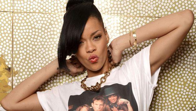 Rihanna posando para los fotógrafos con una camiseta en la que aparece el director estadounidense Peter Berg.