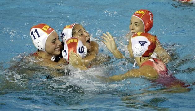 Las waterpolistas españolas celebran su victoria ante Hungría