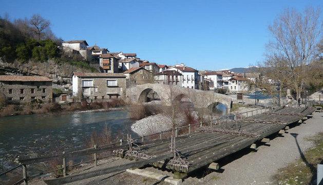 El puente medieval de Burgui sobre el río Esca.