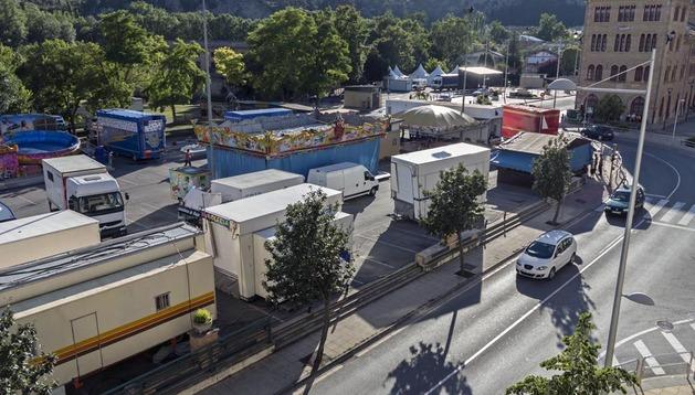 Vista de ayer por la tarde del aparcamiento en superficie de la estación de autobuses, lleno ya por las atracciones y casetas de la feria.