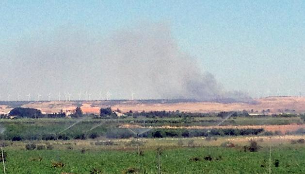 La columna de humo se eleva sobre Montes de Cierzo