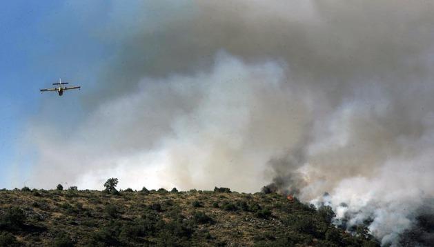 Un avión trabaja para sofocar el incendio en la sierra norte de Guadalajara