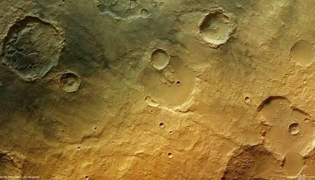 Imagen de un cráter de Marte en la que se observan más evidencias de una anterior presencia de agua en el planeta rojo