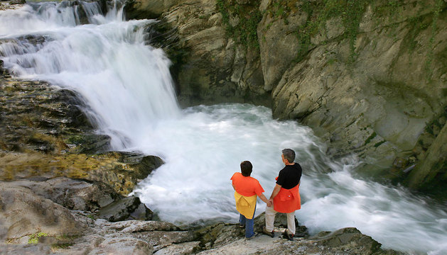 La Cascada del Cubo, también conocida como Itsuosin (pozo ciego), está situada en el río Urbeltza.