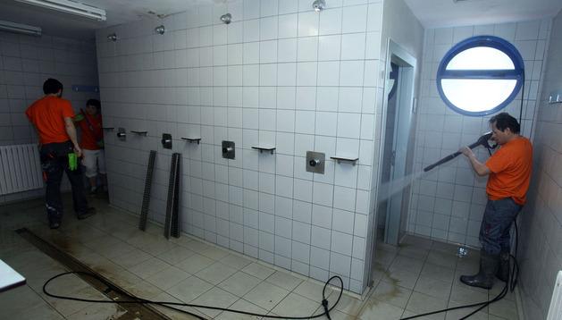 Limpieza tras las inundaciones en las piscinas Villava.