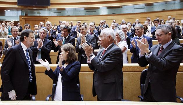 Los diputados populares aplauden tras la comparecencia ante el pleno del Congreso del presidente del Gobierno, Mariano Rajoy.