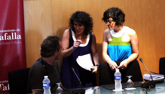 La alcaldesa Cristina Sota, de UPN (centro), habla con los ediles de Bildu Arturo Goldaracena (sentado) y Cristina Arconada.