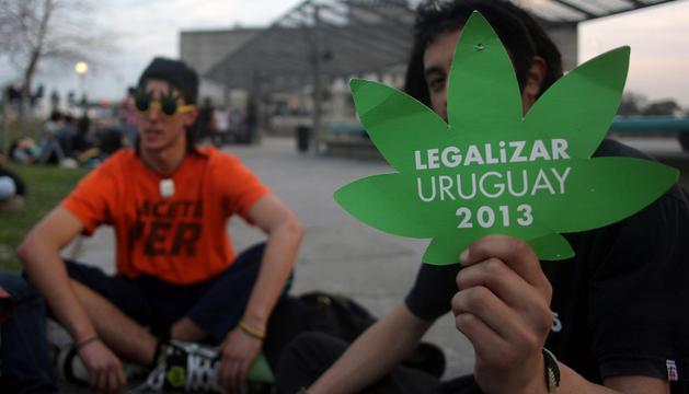 Jóvenes uruguayos, fuera del Parlamento, apoyando la medida