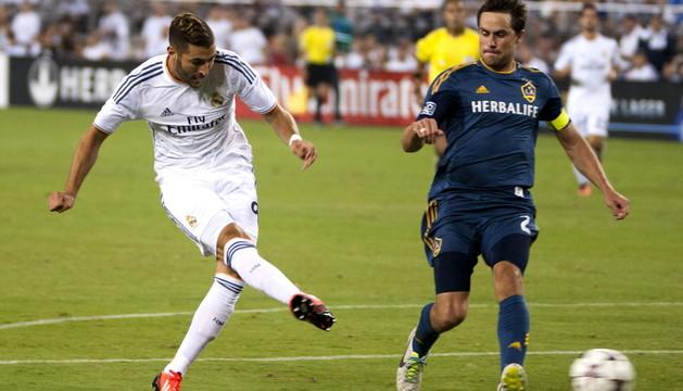 Benzema marca el primero de sus goles ante Los Ángeles Galaxy.