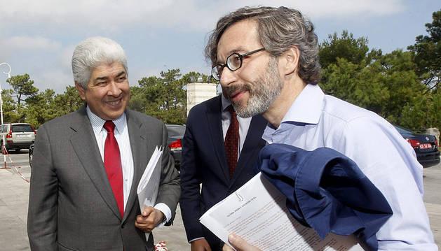 El secretario de Estado de Cultura, José María Lasalle (d), junto al embajador de México en España, Francisco Javier Ramírez.