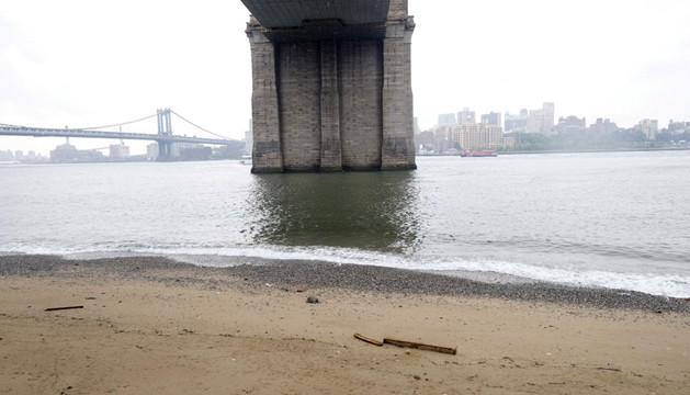 El puente de Brooklyn visto desde la ubicación de la futura playa.
