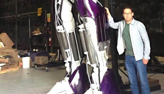 El director Bryan Singer posa al lado de uno de los Centinelas.