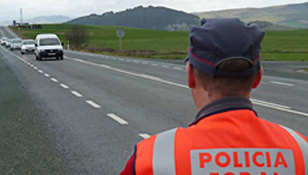 Un Policía Foral vigila la circulación.