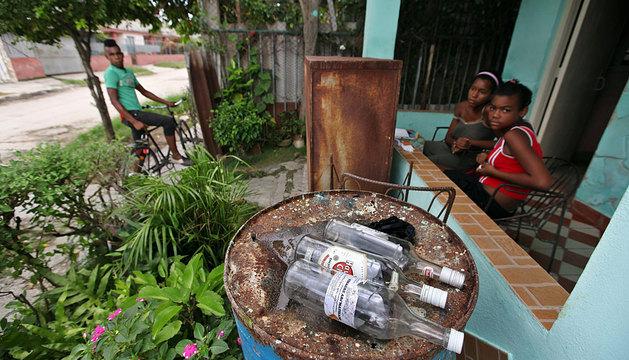 Botellas de ron vacías en el barrio  Alturas de la Lisa en La Habana.