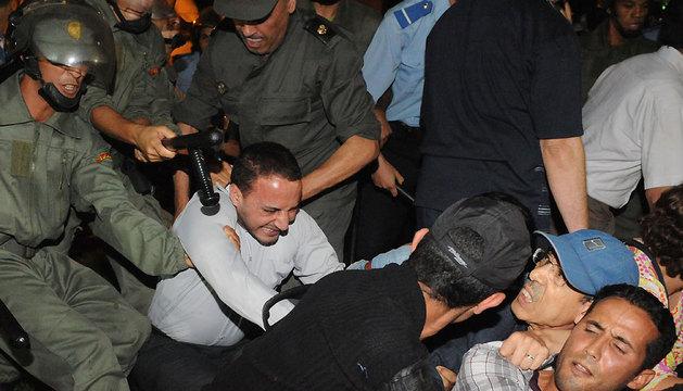 La Policía disuelve una protesta en Rabat contra el indulto a un pederasta español.