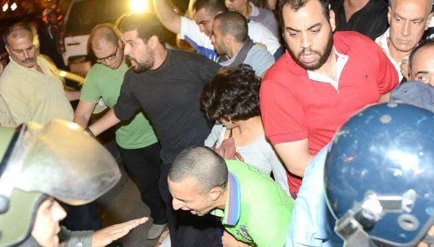 Policías antidisturbios disuelven la manifestación en Rabat.