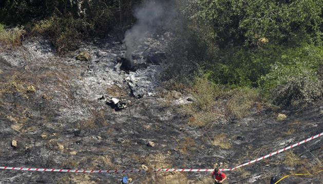 Zona acordonada alrededor de los restos calcinados del ultraligero que se ha estrellado hoy en el término municipal de Milagro (Navarra) y en el que han fallecido las dos personas que viajaban en él.