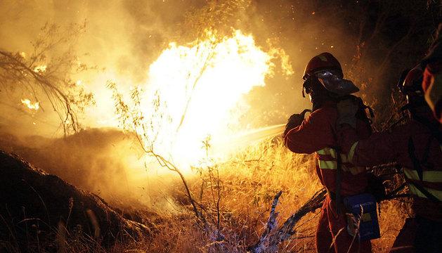 Bomberos trabajando en la extinción del incendio declarado este sábado en Cebreros (Ávila).