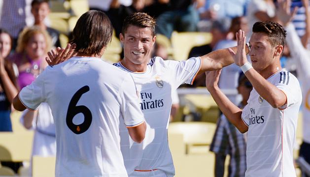 Cristiano, Ozil y Khedira se felicitan tras un gol.