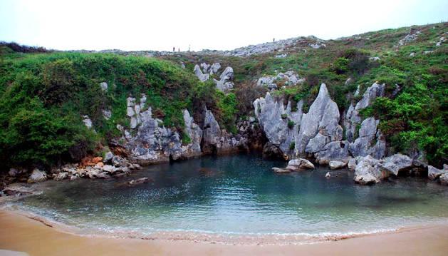 La playa de Gulpiyuri en Asturias, entre la costa de Llanes y Ribadesella.