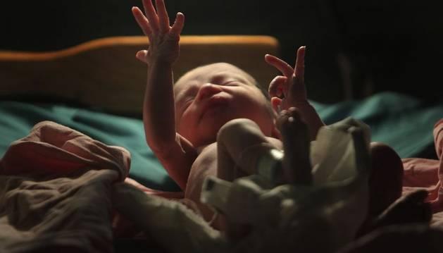 Un bebé recién nacido.