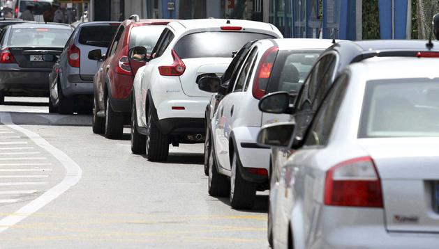Varios coches circulan por un puesto de aduanas