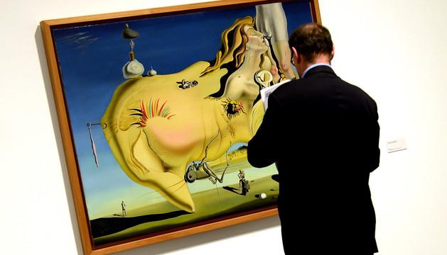 Un hombre observa una de las obras de Dalí.