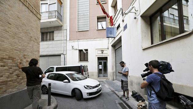Puerta de la comisaría murciana donde fue trasladado el pederasta Daniel Galván, detenido en el hotel Legazpi de Murcia